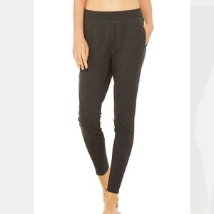 Alo Form Sweat Pant in Charcoal Heather Black M